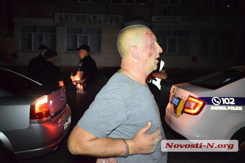 Photo of В Николаеве пьяный таксист напал на остановивших его полицейских (видео)