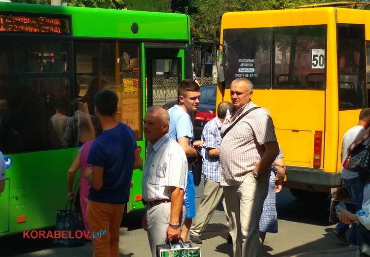 ДТП на остановке: автобус 91 врезался в маршрутку 50