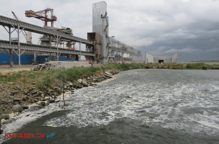 Photo of Жители Корабельного района обеспокоены пенным пятном на реке возле местных предприятий