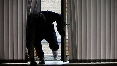 Грабители через окно пробрались в дом экс-сотрудника МВД и связали его отца - священника | Корабелов.ИНФО