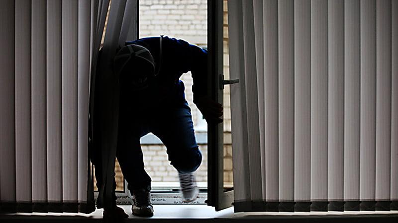 Photo of Грабители через окно пробрались в дом экс-сотрудника МВД и связали его отца — священника