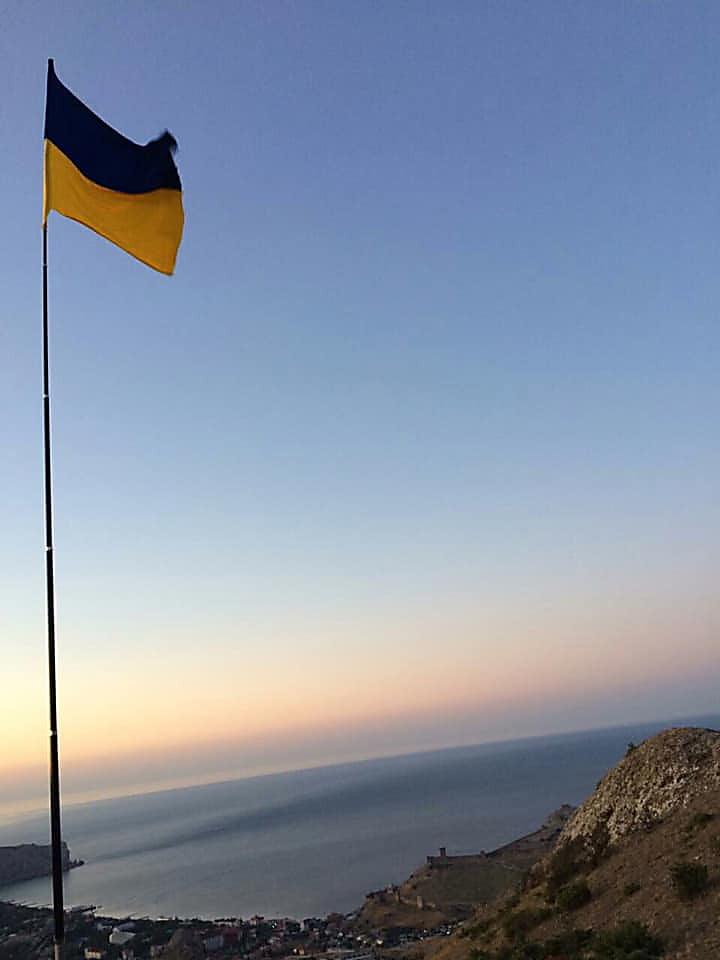 Photo of В аннексированном Крыму в память о погибших на Донбассе морпехах подняли флаг Украины (видео)
