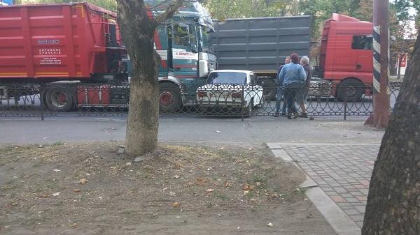Photo of На проспекте в Корабельном районе «фура» зацепила «легковушку», развернув ее поперек дороги