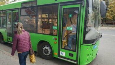 Городской автобус 91-го маршрута зажал дверью женщину и протащил несколько метров | Корабелов.ИНФО