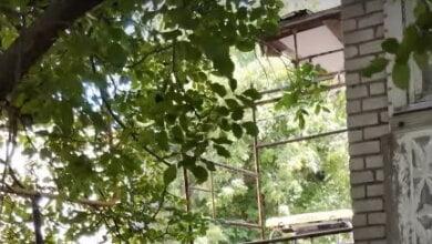 Строительные леса, с которых упала девочка в Корабельном районе, не были ограждены — жильцы утепляли фасады | Корабелов.ИНФО