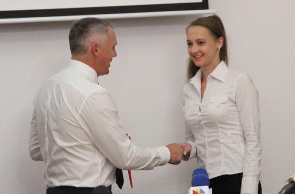 Мэр Сенкевич вручил ключи от 3-комнатной квартиры педиатру, проработавшей только 1,5 месяца   Корабелов.ИНФО image 2