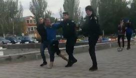 Photo of Пока еще был жив: видео задержания неадекватного хулигана в Корабельном районе