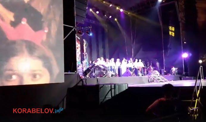 Photo of «Ты ляжешь!»: ансамбль «Витовчане» из Корабельного района на главной сцене в День города спел «Охрана, отмена!» (Видео)