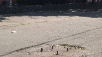 """""""Особенно для плоховидящих сюрприз"""": посреди """"оживленного"""" тротуара в Корабельном районе торчат железные штыри   Корабелов.ИНФО image 2"""