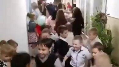 Photo of Танцуют все! Учителя и ученики «школы счастья» в Корабельном районе провели праздничный флешмоб (ВИДЕО)