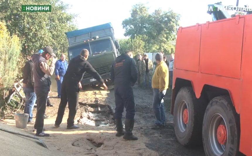 Photo of В Николаеве в дренажную систему провалилось три грузовика (видео)