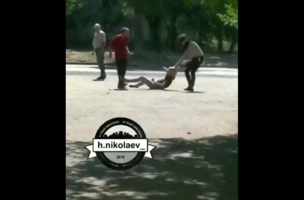 «Разборки по-николаевски». Драка двух девушек: одна избивала другую ногами (Видео 18+)   Корабелов.ИНФО