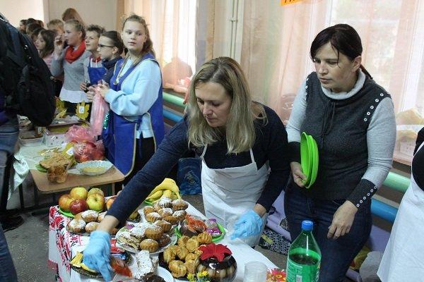 Photo of 10 416 грн – за полчаса: ученики школы в Корабельном районе во время ярмарки собрали деньги на помощь больным детям