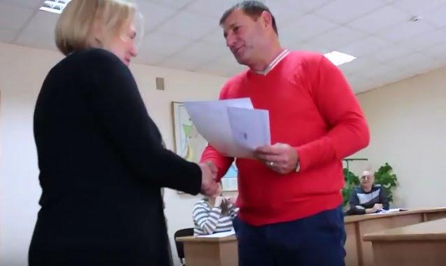 """Photo of """"Не зря Вы проработали"""": чиновницу Корабельного района наградили грамотой (Видео)"""