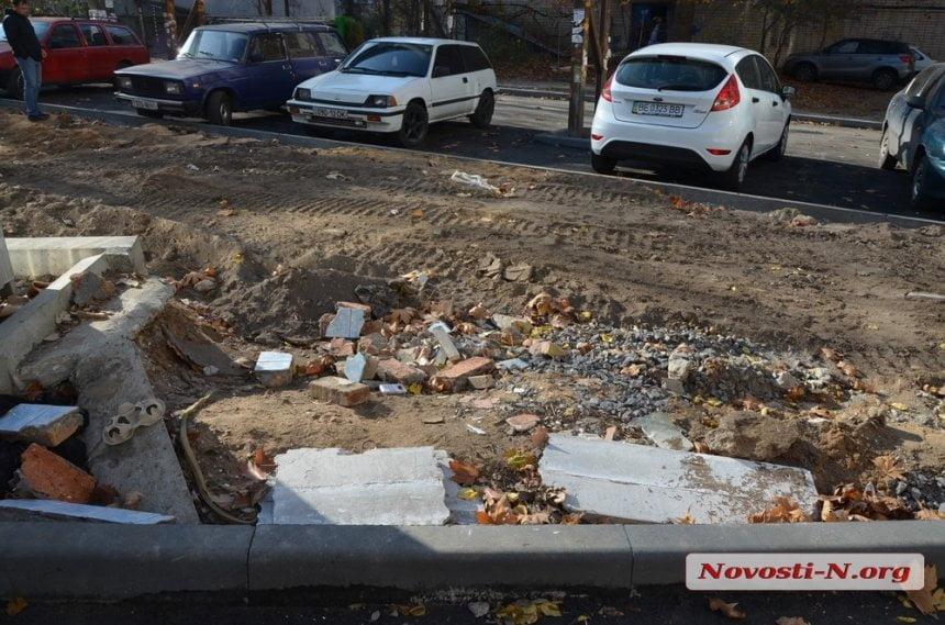 Photo of Жители Корабельного района недовольны дорожниками, которые «закатали» строительный мусор прямо во дворе (видео)