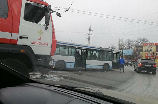 На проспекте Богоявленском в Николаеве на ходу загорелся пассажирский автобус   Корабелов.ИНФО