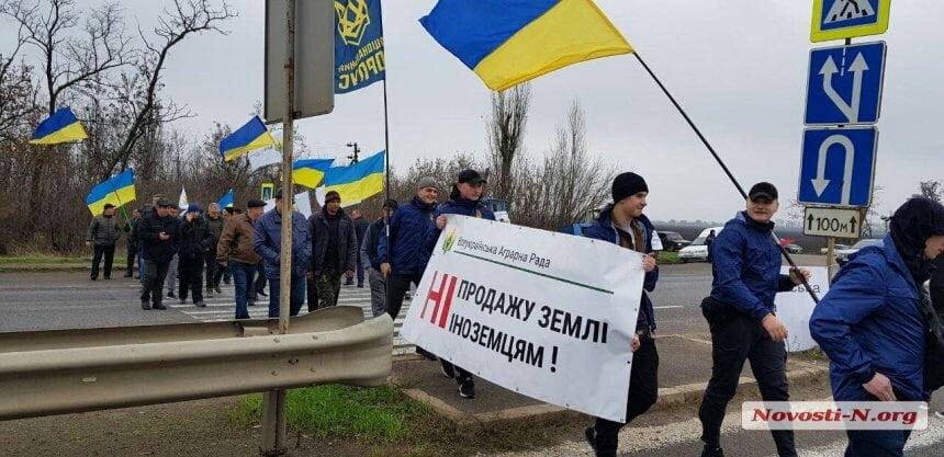 Photo of Аграрии под Николаевом перекрыли трассу на Херсон: бастуют против продажи земли
