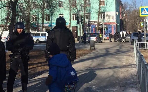 Photo of В России студент колледжа открыл стрельбу по сокурсникам, а после требования сдаться покончил с собой