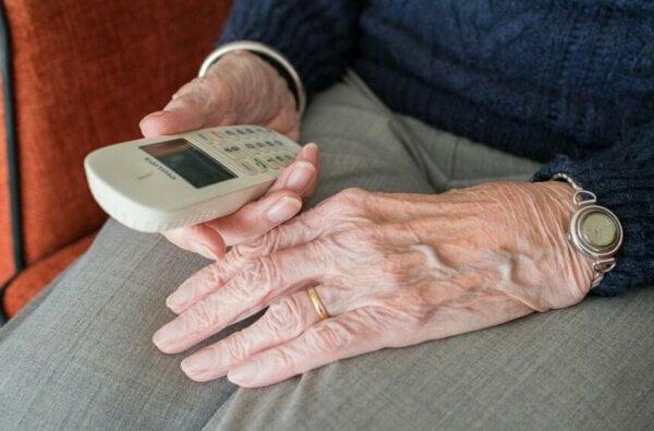 Бабушка в Николаевской области отдала мошенникам более 130 тысяч гривен за витамины | Корабелов.ИНФО