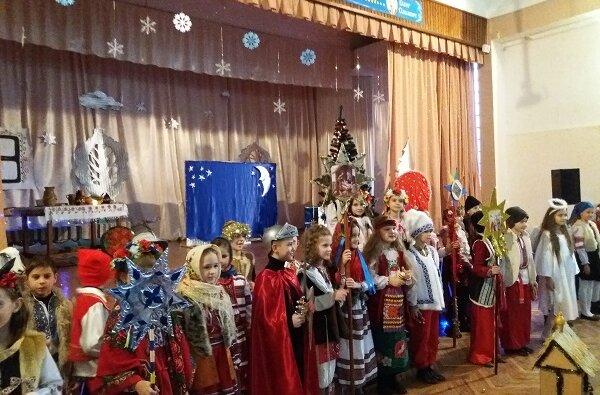 «Україна колядує»: учні школи з Корабельного району разом з батьками відсвяткували прийдешнє Різдво | Корабелов.ИНФО image 1