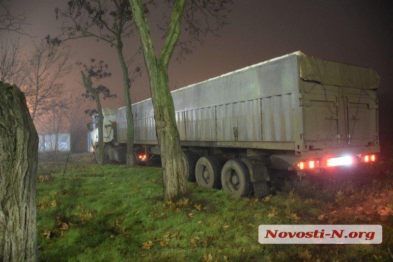 Photo of В Корабельном районе «фуру» подрезала «маршрутка» — зерновоз слетел с дороги