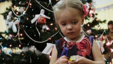 В Николаеве детям после новогодних концертов вручили подарки с просроченными конфетами   Корабелов.ИНФО