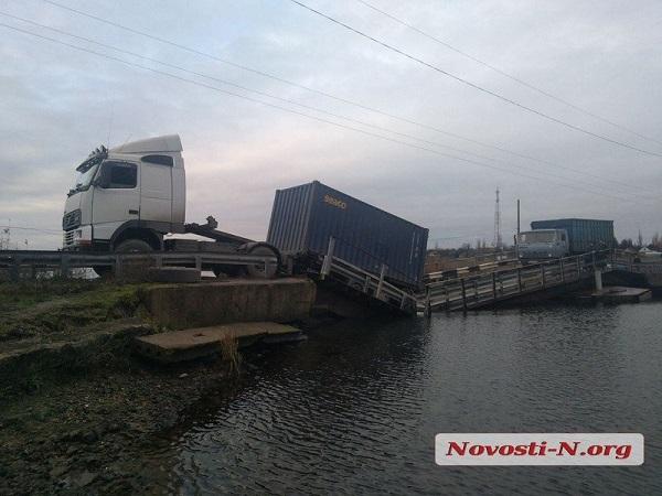 Photo of Фура «утопила» мост в Витовском районе: из бака в реку вылилось топливо
