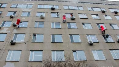 С крыши Николаевской детской больницы спустились Деды Морозы и Снегурочка | Корабелов.ИНФО image 1