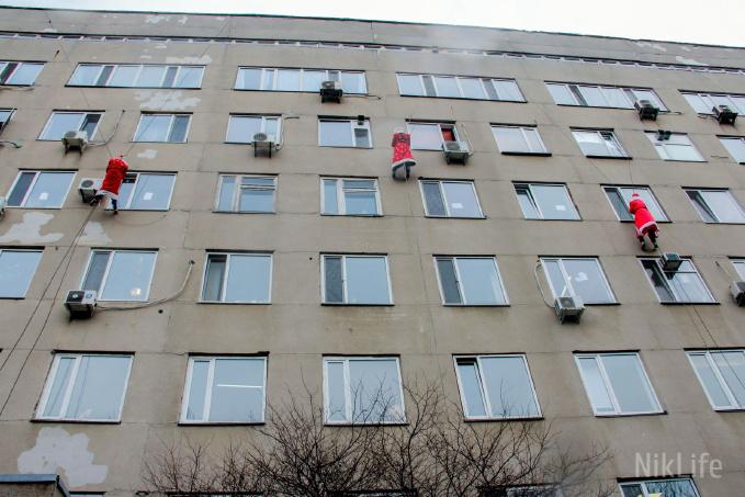 Photo of С крыши Николаевской детской больницы спустились Деды Морозы и Снегурочка