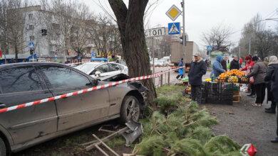 На проспекте Богоявленском «Mercedes» влетел в дерево, едва не задев торговцев | Корабелов.ИНФО image 2