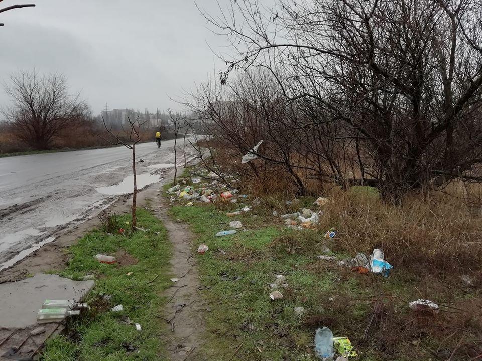 Photo of Жители Корабельного района возмущены едущими в порт «Ника-Тера» водителями фур, которые завалили обочины мусором