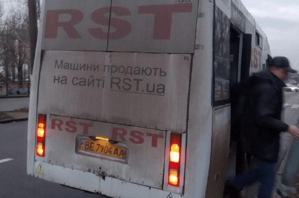 Photo of Скандально известный николаевский «маршрутчик» защемил выходившую из салона женщину и проволок ее по дороге
