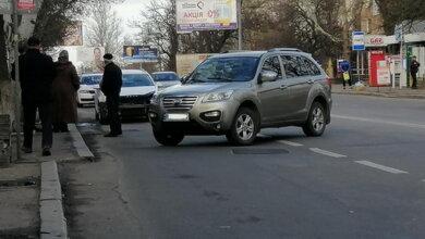 Возле остановки общественного транспорта в Корабельном районе столкнулись два автомобиля   Корабелов.ИНФО image 2