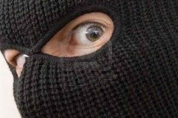 Photo of Избив продавщицу, рецидивист в маске ограбил круглосуточный магазин в Корабельном районе