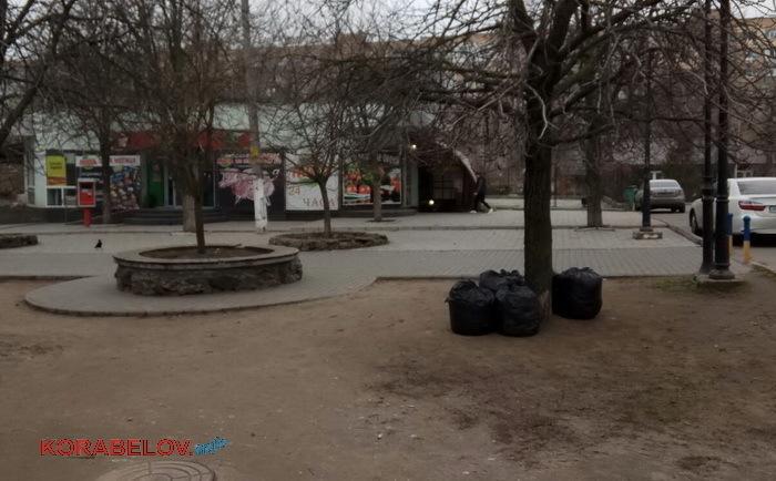 пакеты с мусором и листвой