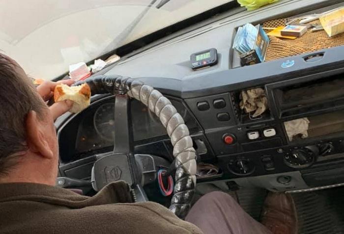 Photo of «Скотовоз эталонный: срач и ужас!!!», — николаевцы который месяц возмущаются машиной-«сараем» на маршруте №1 (фото)