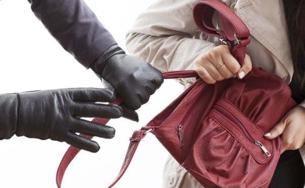 Photo of Средь бела дня в Корабельном районе ограбили женщину. Обвиняемый может выйти под залог