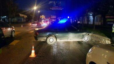 В Корабельном районе BMW врезался в бордюр — водитель сбежал | Корабелов.ИНФО