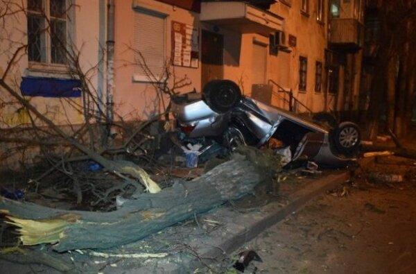В Николаеве «Мицубиси» на огромной скорости снес дерево и перевернулся - двое пострадавших (видео)   Корабелов.ИНФО image 2