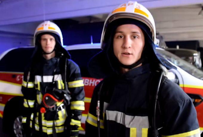 Photo of Николаевские спасатели пролезли между ступенями лестницы, поддержав мировой челлендж (видео)