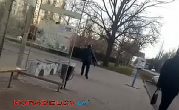 мужчина с разбитой бутылкой кидается на прохожего в Корабельном районе