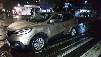 «Porsche Cayenne» сбил двух пешеходов на пешеходном переходе в Николаеве, протаранил «Renault» и скрылся с места ДТП | Корабелов.ИНФО