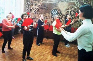 пенсионерок Корабельного района учат китайским танцам