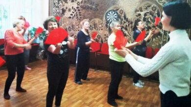 Photo of Китайському танцю з віялом вчать жінок поважного віку в Корабельному районі Миколаєва
