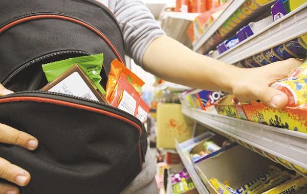 Photo of Жительница Николаева воровала еду и алкоголь в магазинах Херсона – на совершение преступлений её подстрекал сожитель