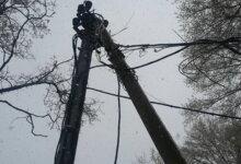 Photo of «Лежит на земле под напряжением», — житель Корабельного района третий день просит убрать оборванный ураганом электропровод