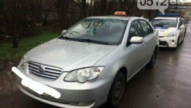 Photo of В Николаеве пьяный таксист гнался за «гномиками, которые украли у него глечики» (видео)