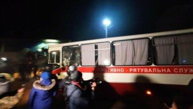 В Полтавскую область прибыли автобусы с эвакуированными украинцами, протестующие перекрыли дорогу и жгут шины (видео) | Корабелов.ИНФО
