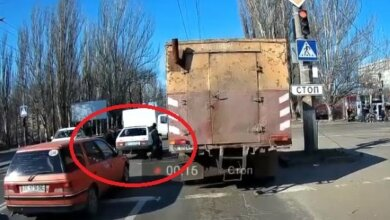 Photo of В Николаеве пешеходы «проучили» водителя «девятки», остановившейся на переходе (видео)