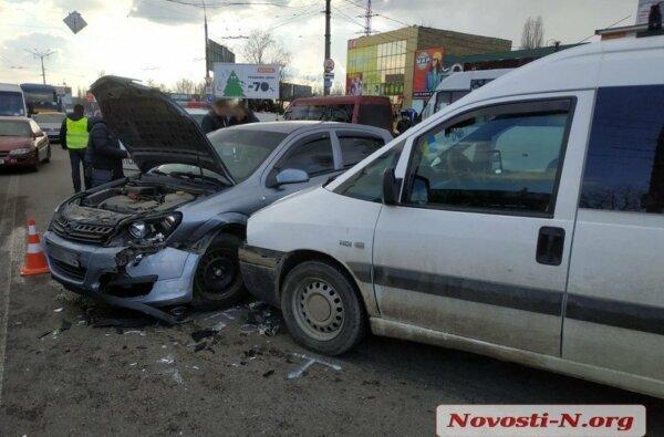 На проспекте Богоявленском в двух ДТП столкнулись 4 авто: есть пострадавшая, проезд заблокирован | Корабелов.ИНФО image 1